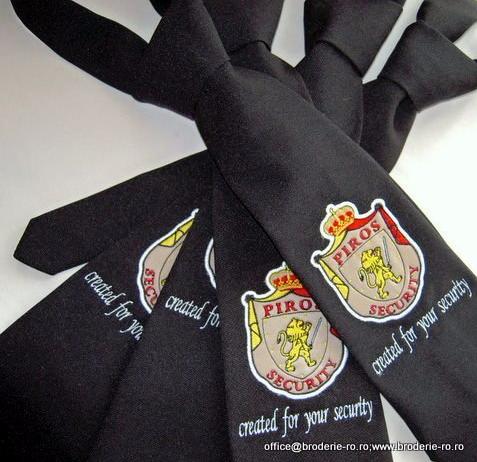 Cravata cu sigla brodata