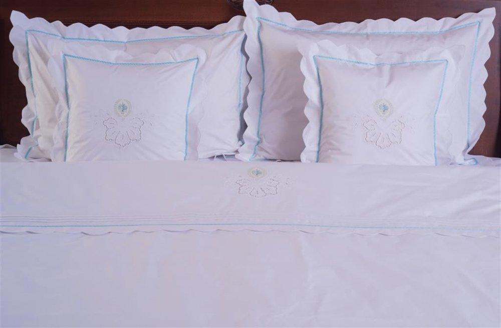 cumpără Lenjerie de pat din bumbac 100%, de culoare alba cu broderie si chenar albastru - LNJ-17