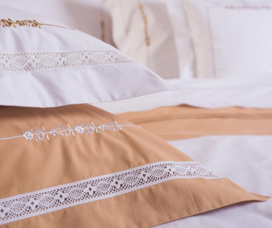 cumpără Lenjerie de pat din bumbac 100%, culoare alb si ocru, cu broderie si dantela decorativa - LNJ-19