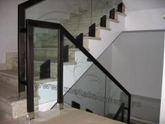 Balustrada din sticla cu mana curenta din lemn