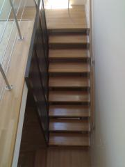 Placare pe suport metalic cu trepte din lemn