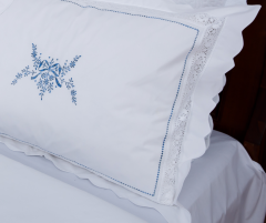 Lenjerie de pat albă, din bumbac 100%, cu detalii brodate albastre - LNJ-85