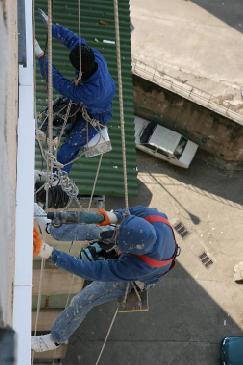 Comanda Reparaţii şi întreţinere acoperişuri înalte sau cu acces dificil